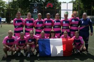 photo d'équipe avec le drapeau.JPG